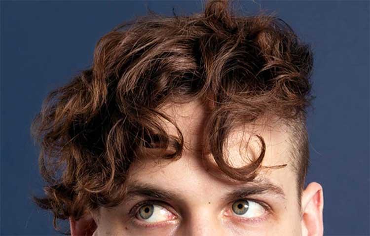 5 Cara Menata Rambut Keriting Pria Agar Tampil Mempesona